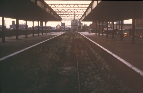 Most of the London Extension's intermediate stations closed in 1963/64 after stopping services on the route were withdrawn. Following this move, the bay platforms at Leicester Central Station were no longer required and eventually fell into disuse. This image shows the southern bay platforms sometime around 1965.